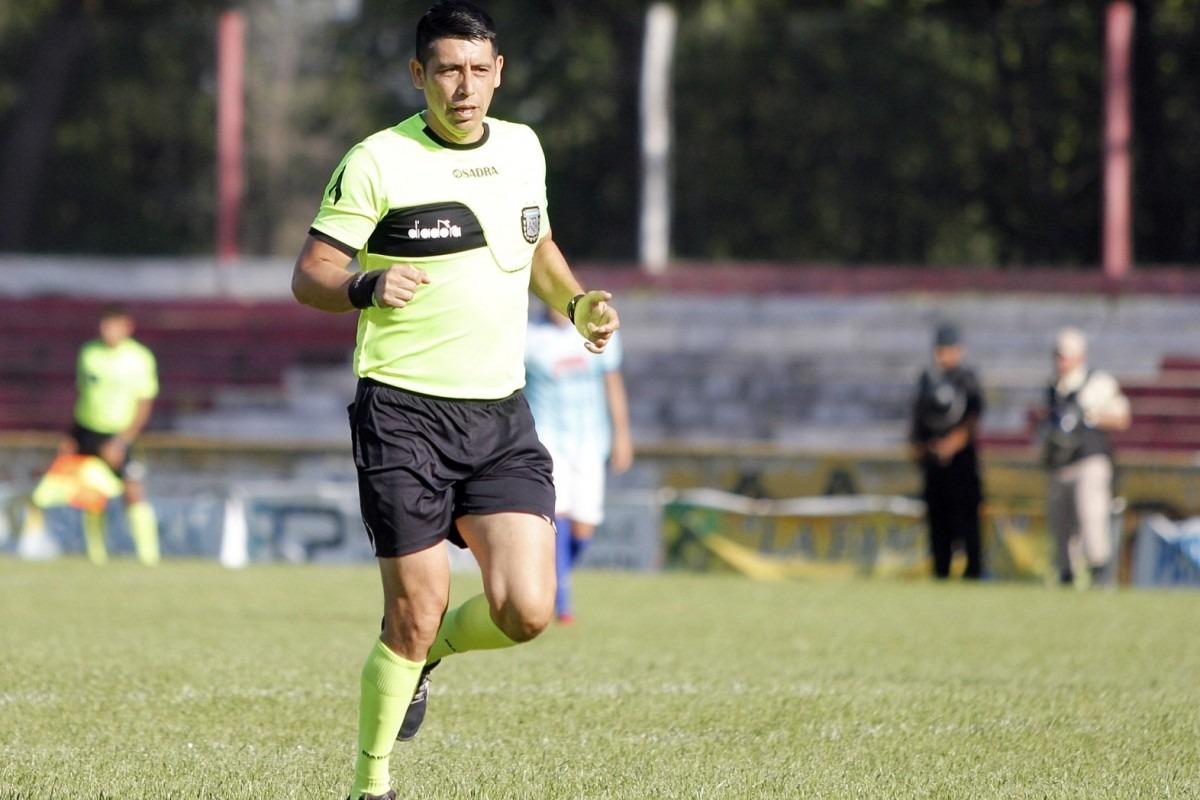 """Fue árbitro de Primera, trabaja con un remis y ahora la AFA está obligada a devolverle su lugar: """"Después de tanta bronca voy a poder volver a dirigir"""" dijo Marcelo Aredondo"""