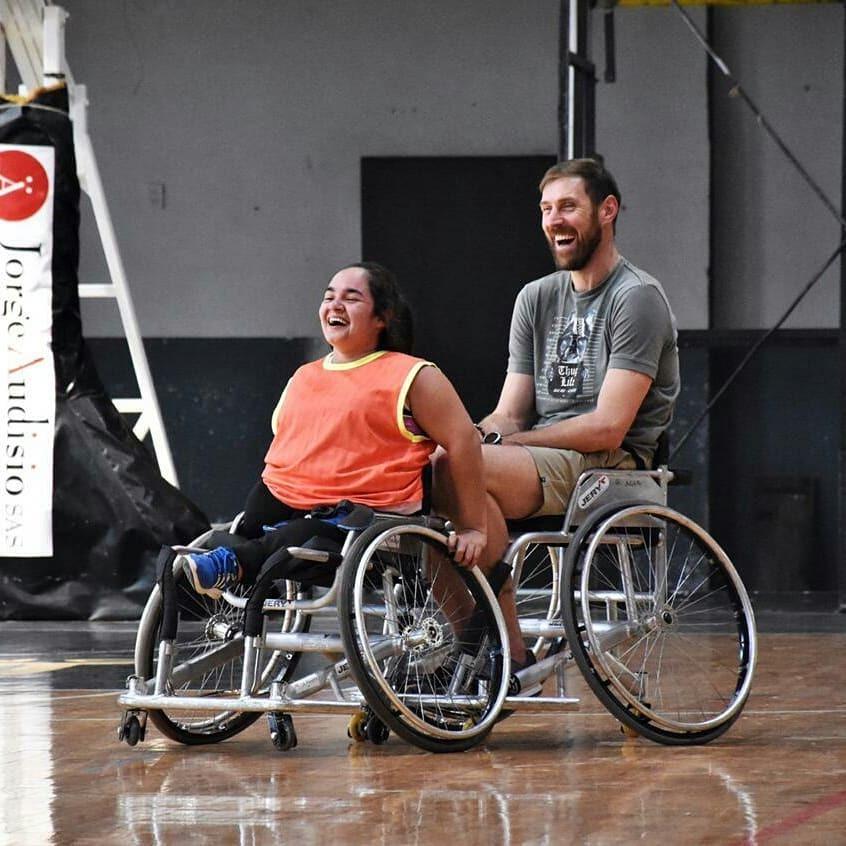 ¡Enorme gesto del Chapu!: Los equipos de básquet adaptado entrenaron en General Pico bajo la atenta mirada de Andrés Nocioni