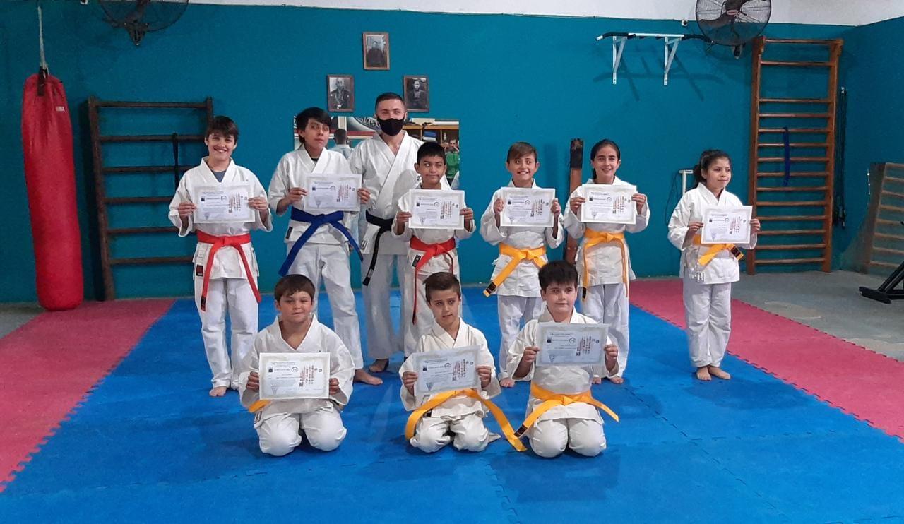 Escuela de Karate Do de Mario Bonilla tomó exámenes de graduación