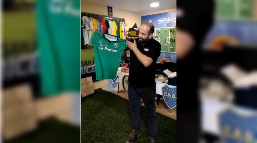 """""""JUNTO A LA DE MESSI"""": Ferro de General Pico entregó su camiseta para que sea exhibida en el museo del Bicentenario de San Juan"""